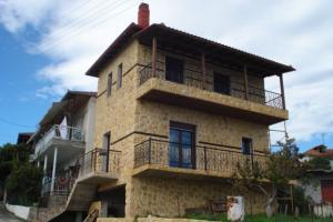 Διώροφη πέτρινη κατοικία στο Μοσχοπόταμο Πιερίας